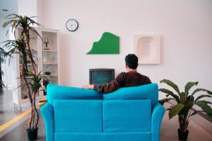kárpit tisztítás, férfi nézi a tvt
