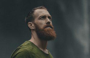 kitartás, szakállas férfi