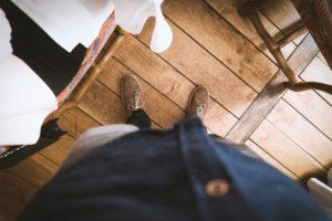 parketta és férfi lábak felülnézetből